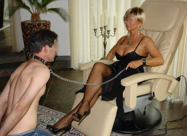 Mistress di Trieste incontra schiavi per BDSM foto quattro