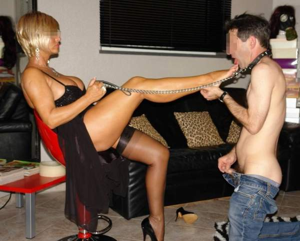 Mistress di Trieste incontra schiavi per BDSM foto due