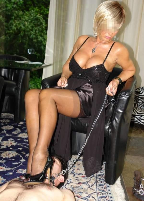 Mistress di Trieste incontra schiavi per BDSM foto uno