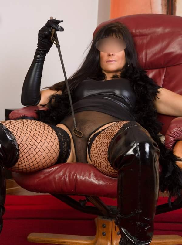 Annunci mistress Milano, padrona cerca slave foto quattro
