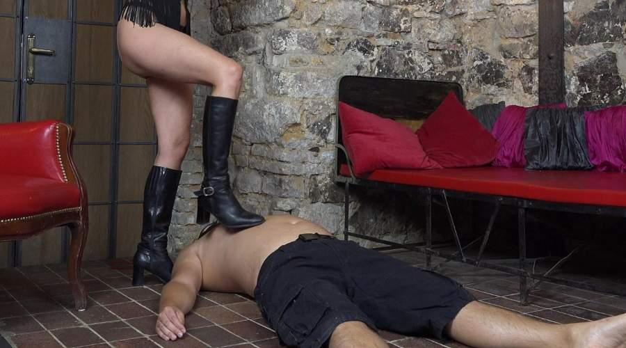 Mistress Aosta, padrona con dungeon amante trampling cerca slave